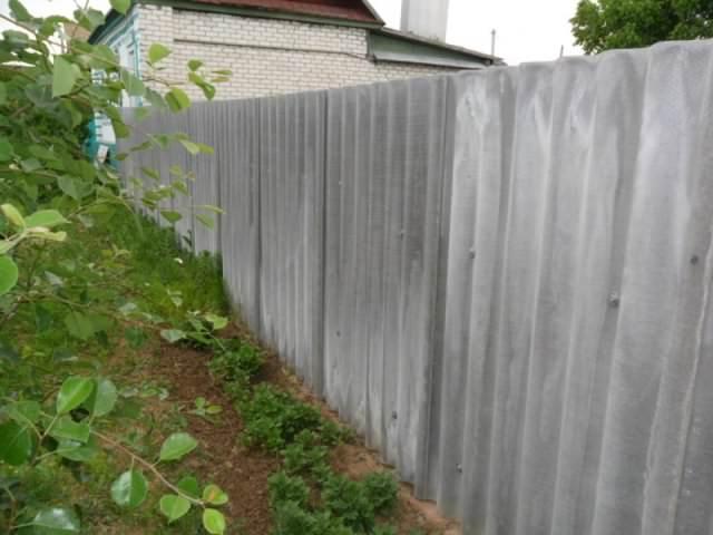 Трудно сказать, что забор из плоского или волнового шифера смотрится на даче очень красиво и декоративно. Сегодня имеются решения, которые намного интереснее смотрятся в современном ландшафтном дизайне