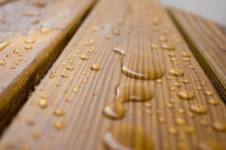 Как защитить деревянные изделия и постройки на даче от влажности?