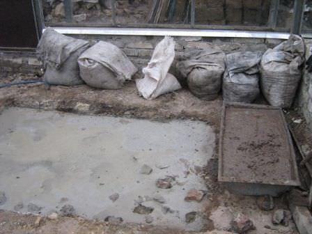 Готовим почву к фундаменту и заливаем ленточный фундамент под зимнюю теплицу