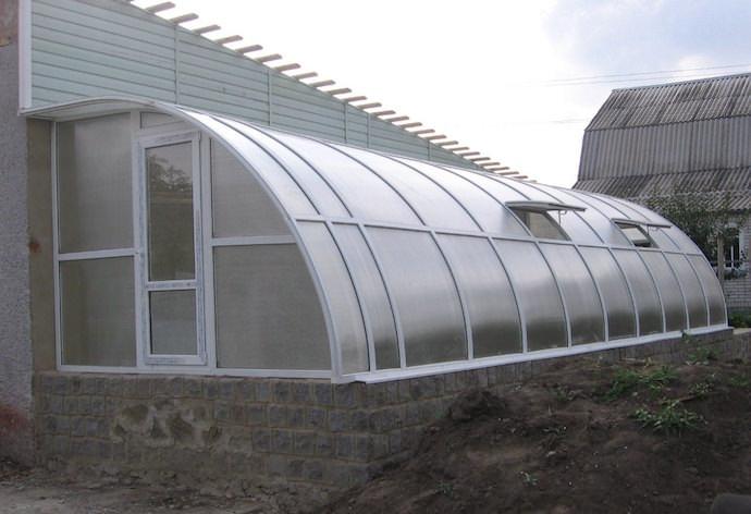 Подбираем архитектуру зимней теплицы на даче и строительные материалы для монтажа