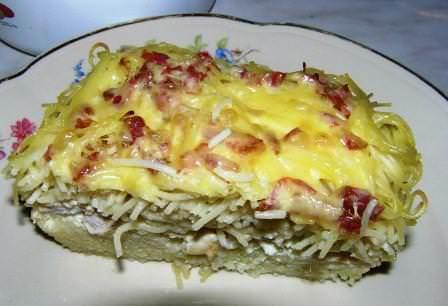 Эту запеканку скрепляет сыр, она состоит из нескольких слоев