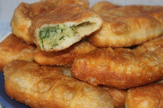Если желаете, чтобы пюре в пирожках не было сухим, то добавьте в него воду, в которой варился картофель