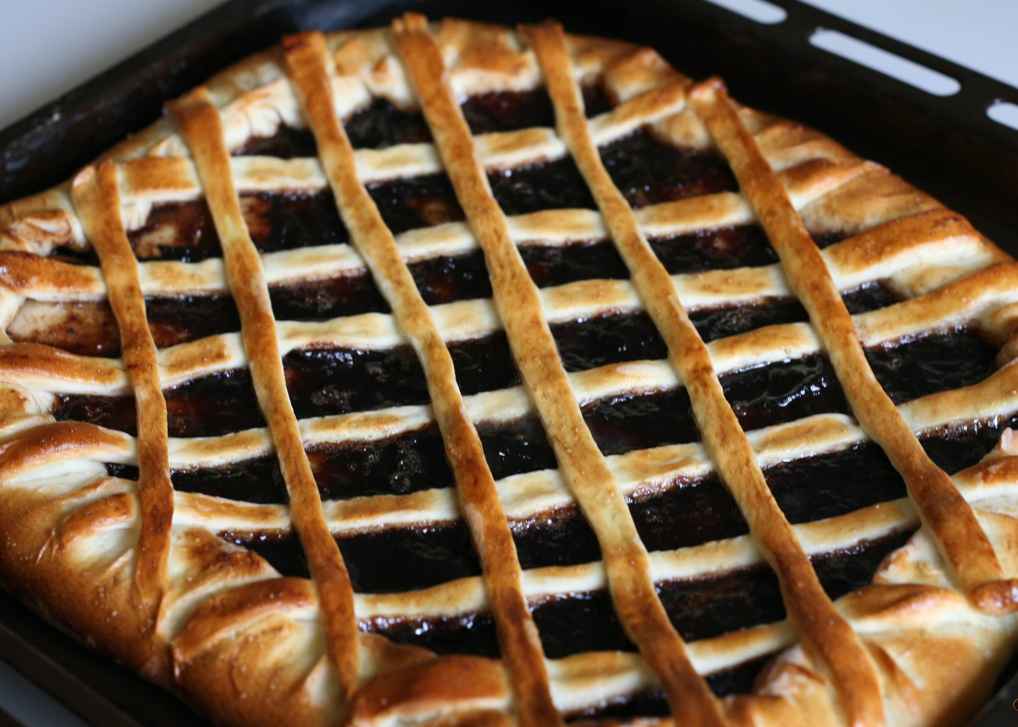 Украсить пирог можно, красиво разложив по нему тесто