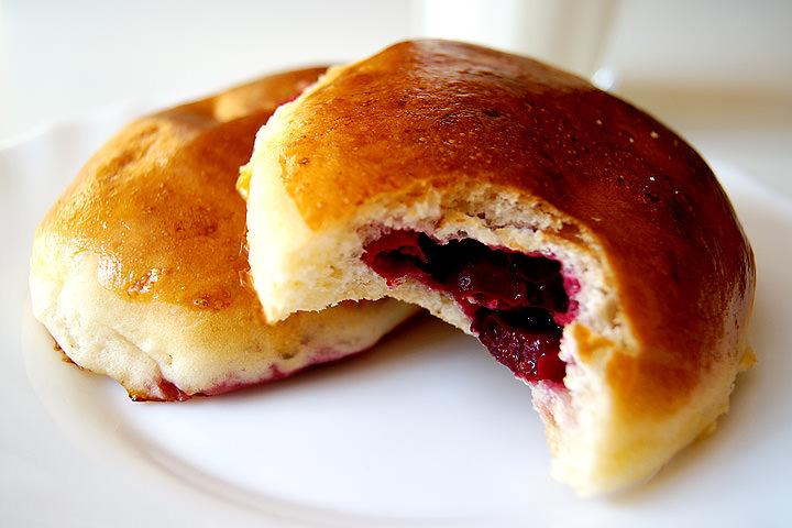 В качестве начинки для пирожков подойдут не только ягоды вишни, но и вишневое варенье
