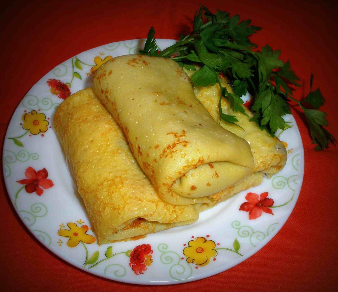 Начинка из зеленого лука и яиц сделает такие блины очень вкусными и ароматными