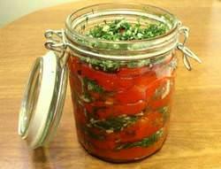 Заготовки с острым перцем являются полезными, поскольку его витаминный состав сохраняется при консервации