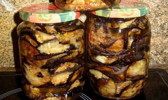 Консервированные баклажаны в сочетании с чесноком станут великолепной закуской зимой