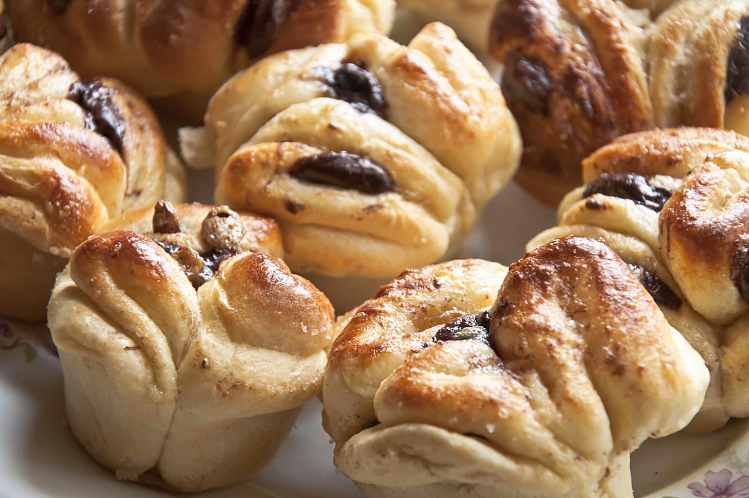 В готовых булочках вкус фасоли вообще не чувствуется, просто получаются очень пышные и нежные булочки