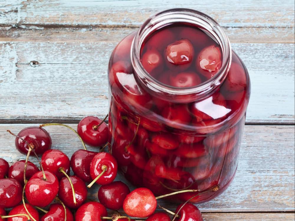 Натуральная вишня отличается от консервированной: она более ароматная и полезная
