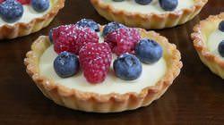 Шарлотка с ягодами – вкусный и необычный десерт, который легко приготовить