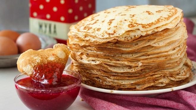 Блинное тесто без дрожжей на кефире идеально подходит для начинающих хозяек