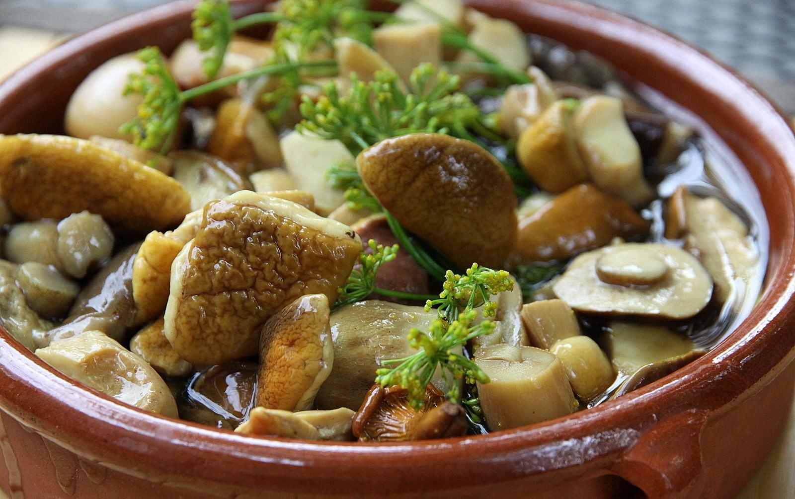 Зимой открытая баночка грибов вызовет удовольствие и восхищение домашних