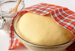 Приготовить пышное тесто для булочек на сухих дрожжах быстро и правильно можно очень просто