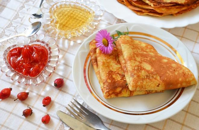 Для веганов или во время поста можно приготовить интересные блины, в которых нет яиц, молочных продуктов и даже муки