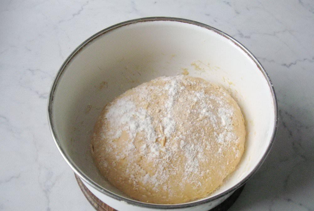 Это тесто не только мягкое, но и очень вкусное, имеет интересный цвет и неповторимый аромат