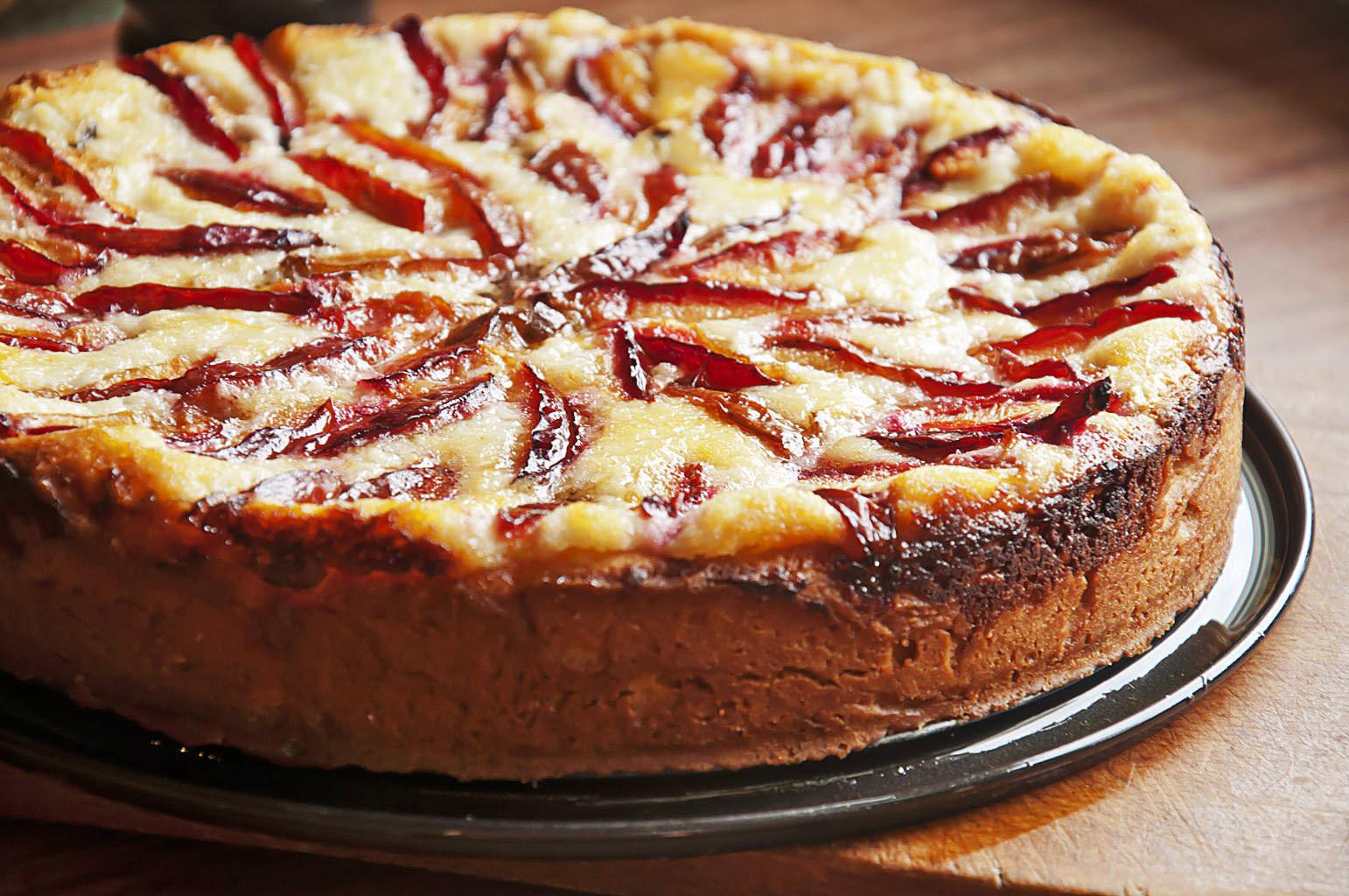 Пирог получается нежным, с сочной сладкой начинкой
