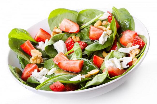 Салат со шпинатом запомнится оригинальным и пикантным вкусом