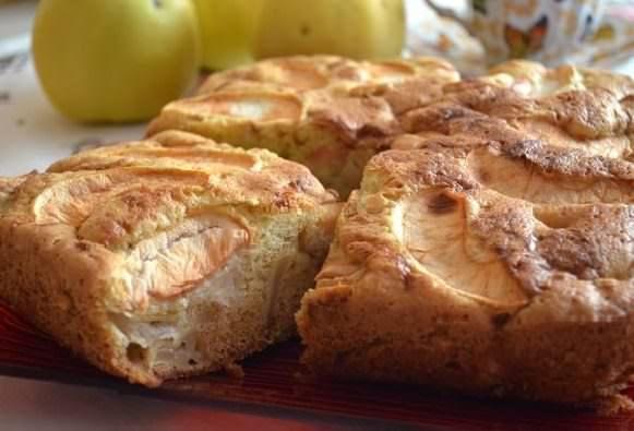 Пышный яблочный пирог можно приготовить всего за 20 минут
