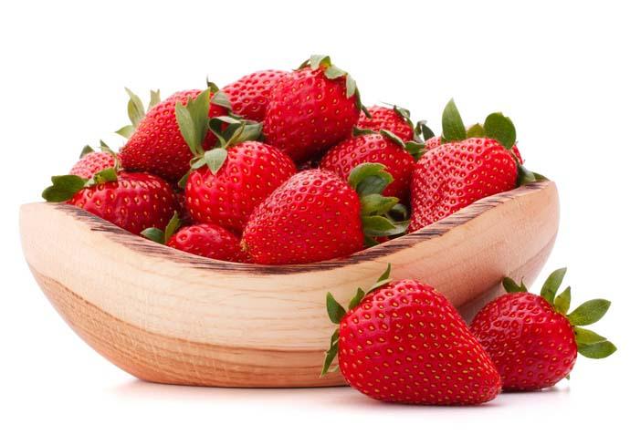 Подготавливаются ягоды — их перебирают (не должно остаться ни одной землянички со следами порчи)
