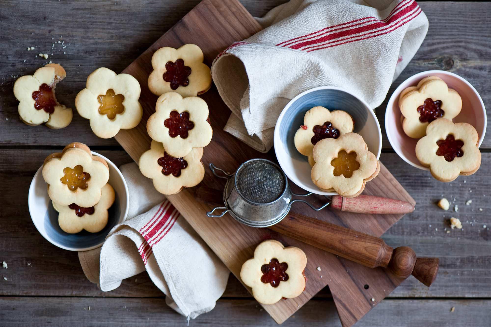 Печенье может любой красивой формы, с любым съедобным украшением
