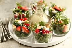 Клубника отличный ингредиент для витаминных микс-салатов