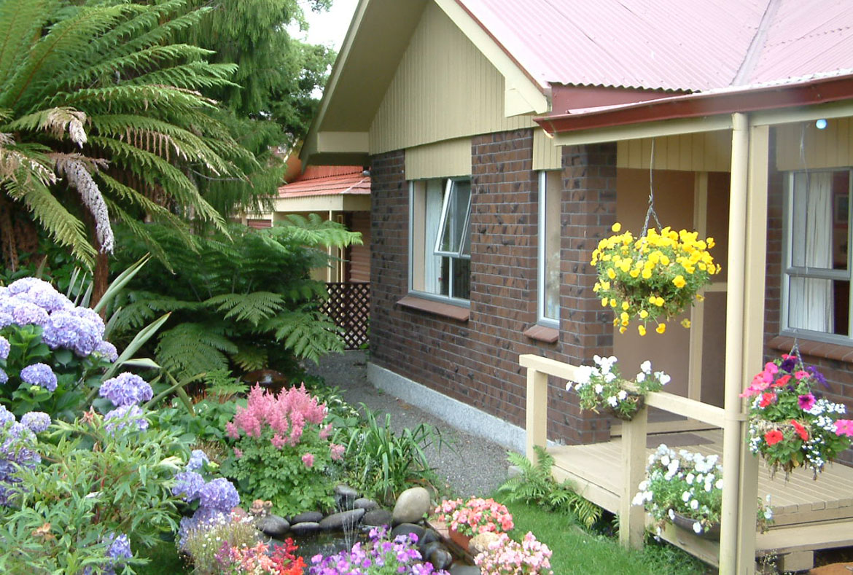 Дизайн площадки перед домом или дачей (31 фото)
