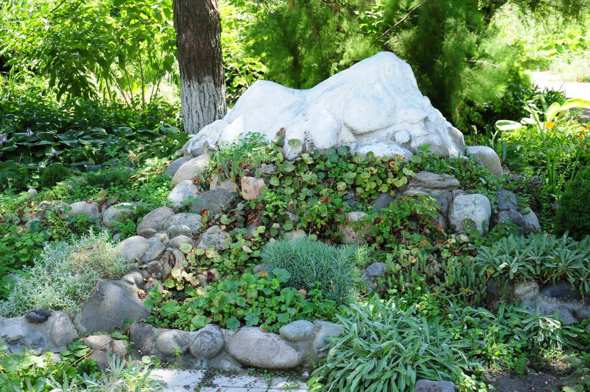 С помощью многолетних растений создается основа, классика альпийской горки, которая неизменно радует глаз из года в год