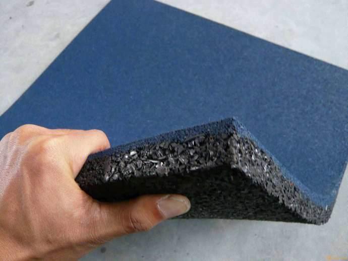 Резиновую плитку для обустройства садовых дорожек делают на основе эластичной резиновой крошки