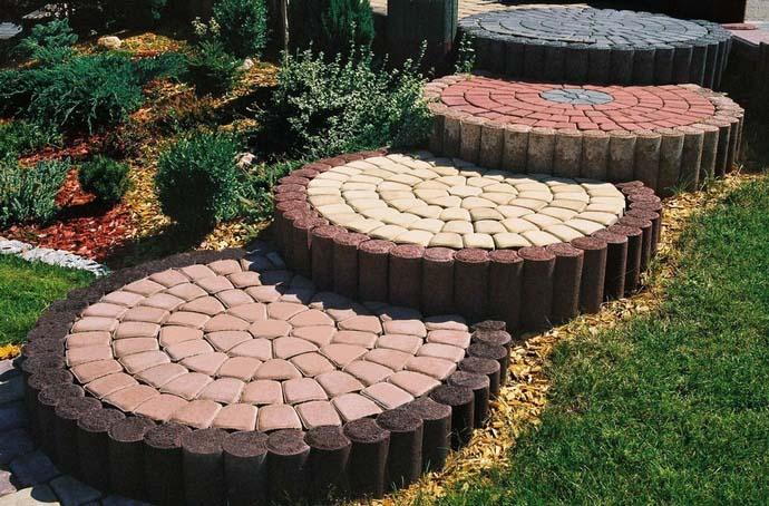 Естественный серый цвет бетона не слишком украшает приусадебный участок, поэтому многие владельцы дач отдают предпочтение цветной тротуарной плитке