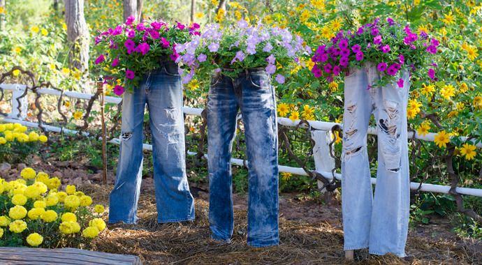 Высадка петунии в самодельные и готовые вазоны – один из самых доступных простых способов декорирования садового участка