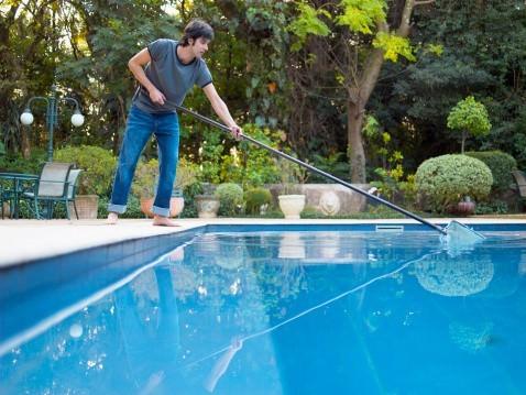 Чистка и уход за бассейном на даче: рекомендации и особенности для различных видов конструкций