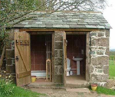 Капитальный летний душ из кирпича или камня, совмещение душевой с туалетом