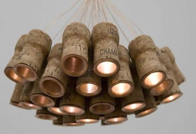 Для создания люстры понадобится большое количество винных пробок