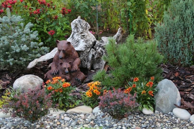 Садовая фигурка не обязательно должна стать центром сада