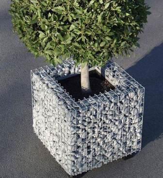Небольшого размера разборной контейнер для цветов из сетки и камня