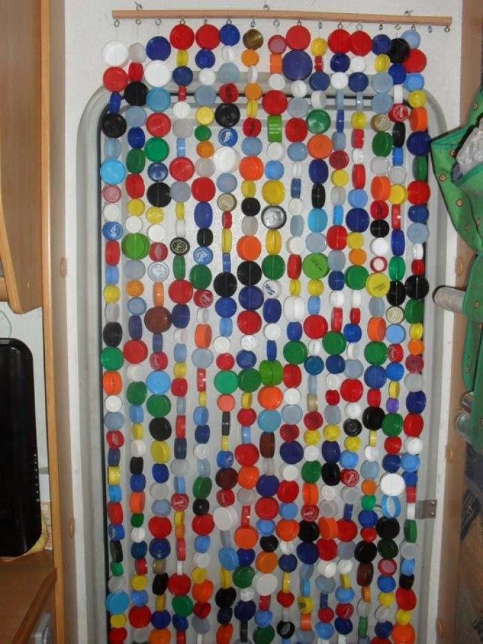 Необычные жалюзи на двери из крышек от пластиковых бутылок