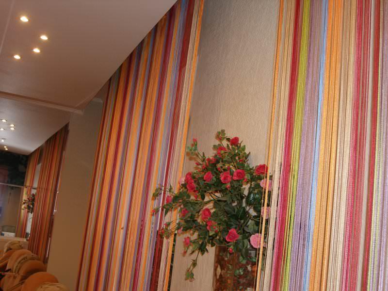 Шторки на двери из готовых лент или ярких нарезанных полосочек ткани