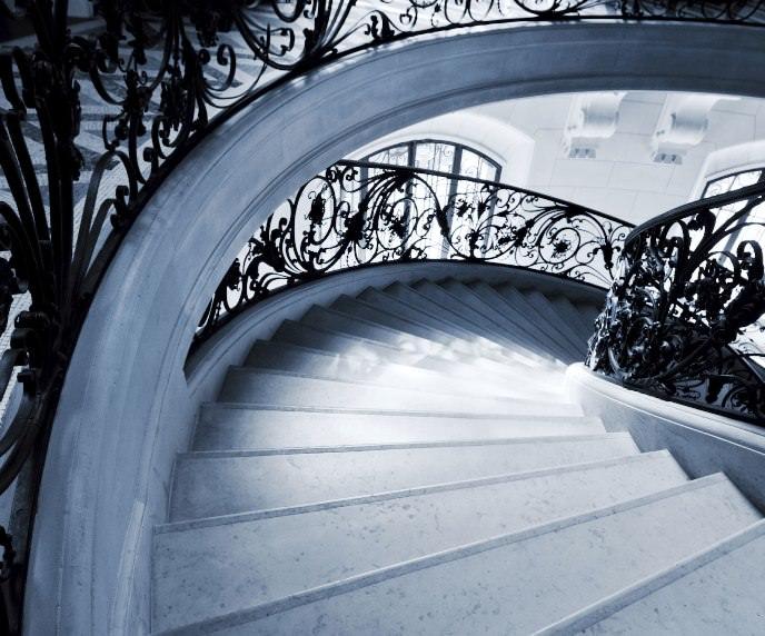 Мраморные ступени используются во многих загородных домах и являются не только декоративным предметом, но и функциональным изделием