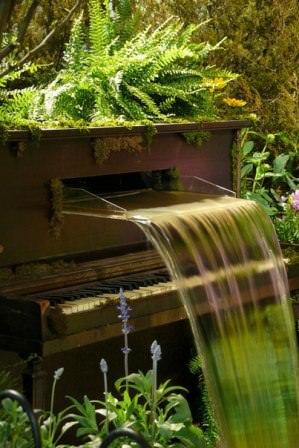 Оригинальные водные сооружения из старых музыкальных инструментов