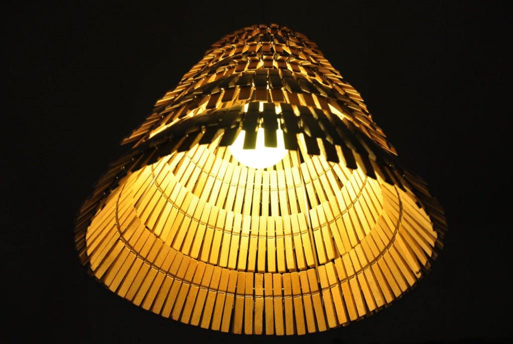 Делаем симпатичный светильник из прищепок своими руками