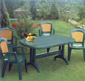 Мебель из пластика на даче надежно