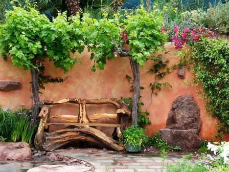 Великолепно смотрится садовая мебель из пней