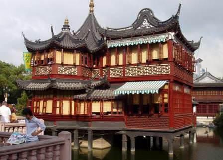 Величественные здания сада