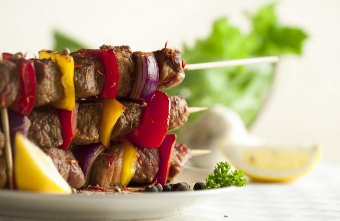 Как приготовить вкусный шашлык из свинины (видео)