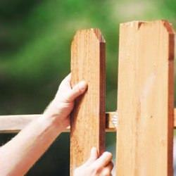 Установка досок на деревянный забор