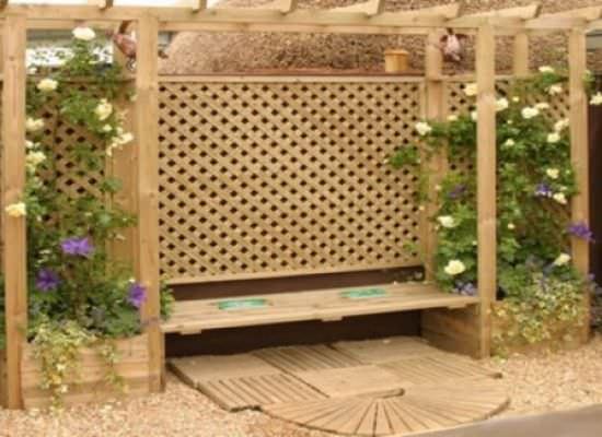 Оригинальный вариант деревянной арки, который подойдет под многие растения