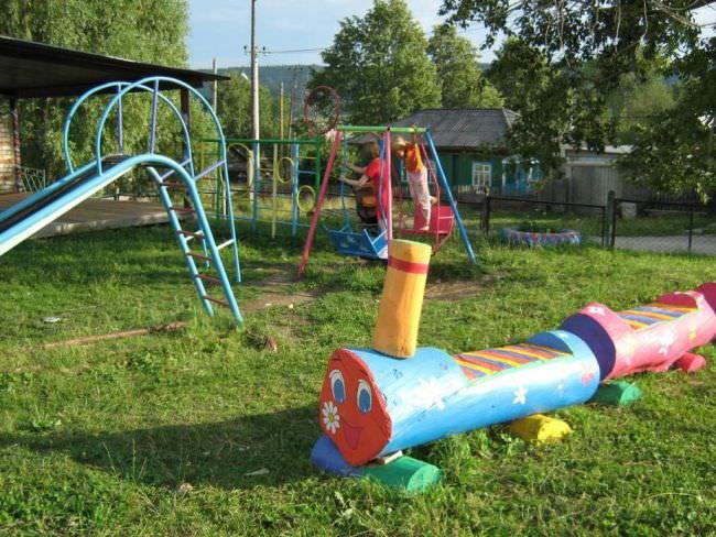Простейшая площадка для игр детей, сделанная из бревна и дополнительных материалов