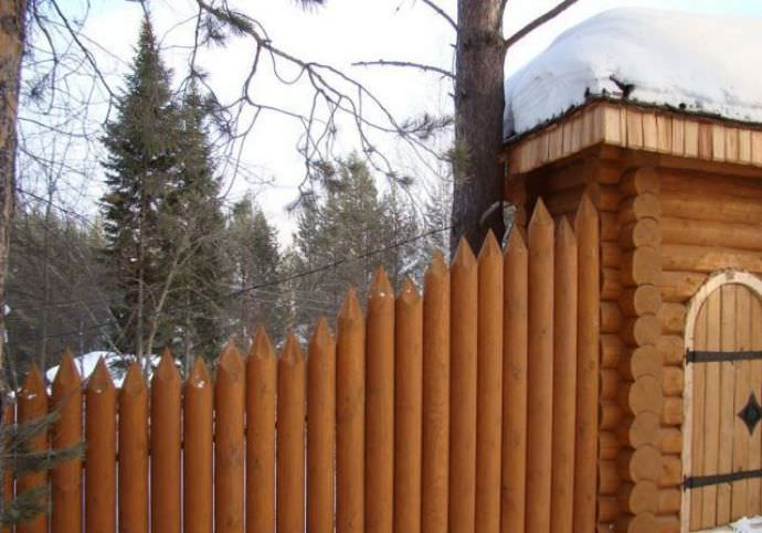 Качественный и надежный забор из бревна на даче