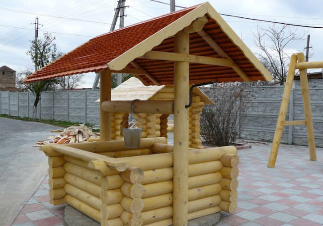 Хозяйственные постройки и малые архитектурные формы из бревна на даче