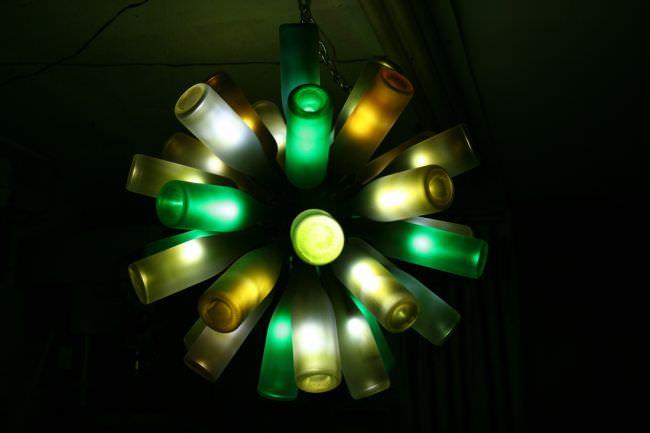 Яркое оформление пустой стеклянной тары подсветкой